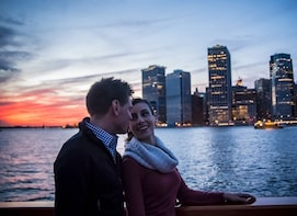 Cruzeiro ao pôr do sol no Porto de Boston em iate clássico