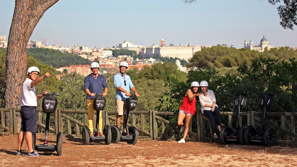 Foto 1 von 4 laden Segway group at a lookout with a view of the city in Madrid
