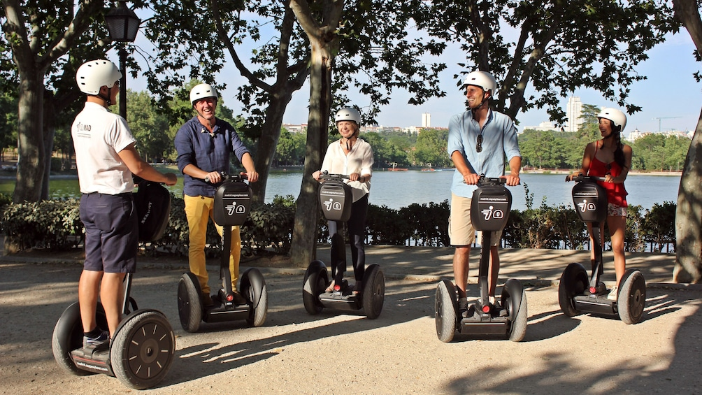 Foto 2 von 4 laden Segway group on a lakeside path in Madrid