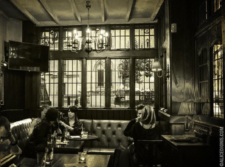 Apri foto 4 di 4. Haunted London Pub Tour