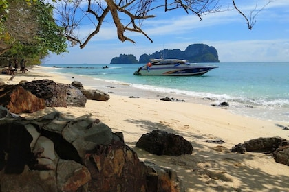 Full-Day Tour of 6 Islands to Phi Phi with Lunch & Barbecue