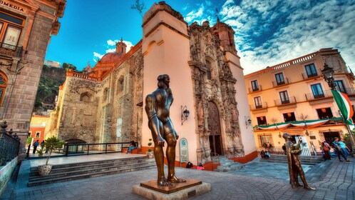 Brass statues with surrounding historical buildings in Guanajuato