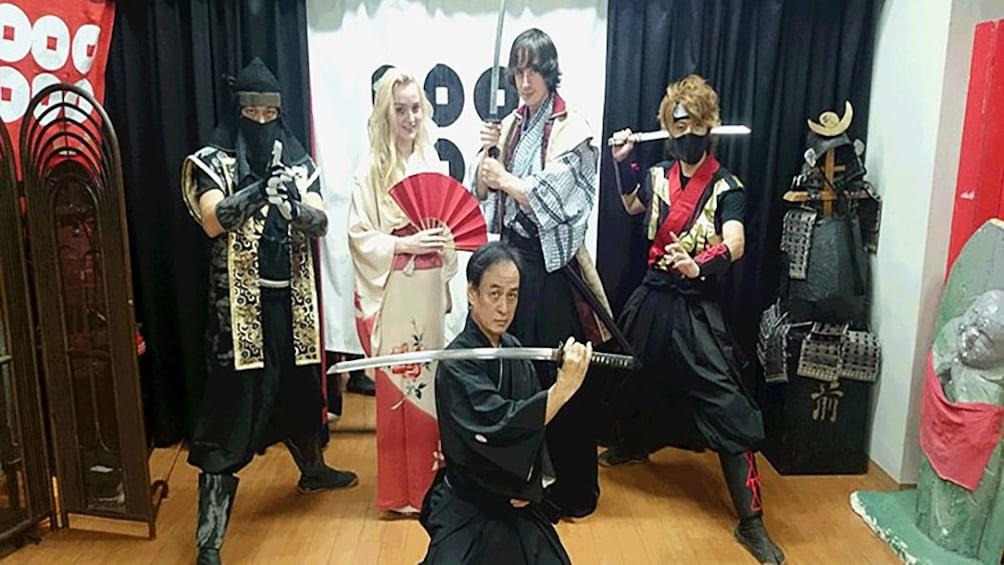 正在顯示第 1 張相片,共 9 張。 People posing in traditional Japanese clothing for photograph with swords in Osaka