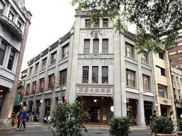 Old&New Taipei: Longshan Temple and Dadaocheng Walking Tour