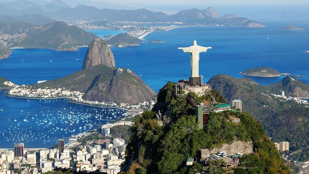 Carregar foto 1 de 10. Christ the redeemer over Rio De Janeiro