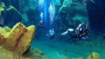 Dykning i Silfra-kløften i en lille gruppe