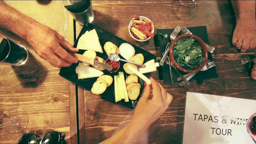 Foto 5 von 6 laden Tapas and wine tour in Barcelona