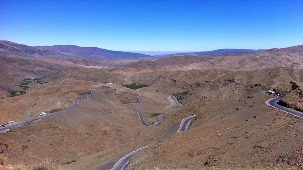 Charger l'élément 2 sur 5. Winding road through the desert mountain range in Ait Ben Haddou Kasbah