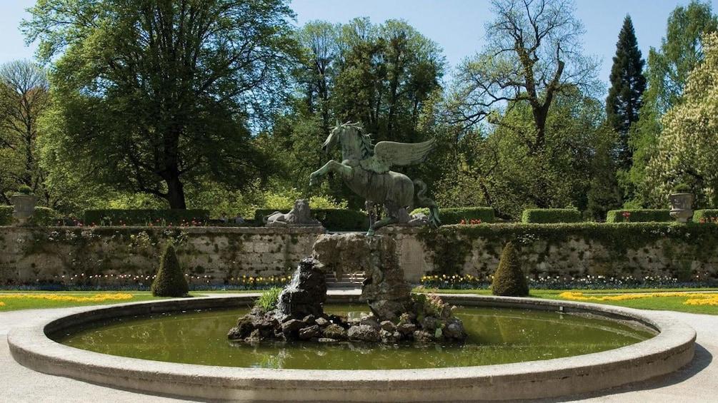 Foto 3 von 5 laden Fountain in Salzburg