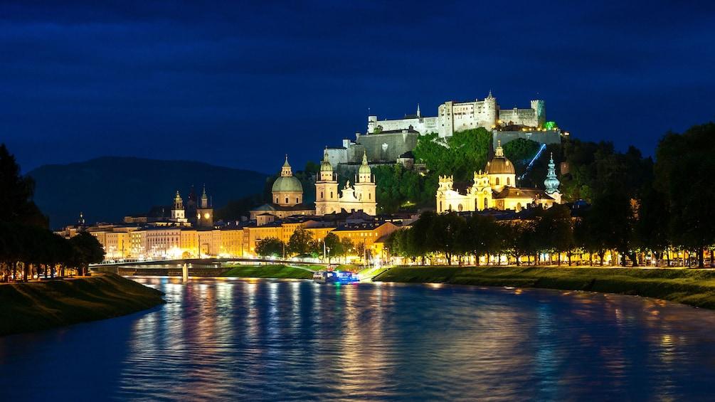 Foto 1 von 5 laden City at night in Salzburg