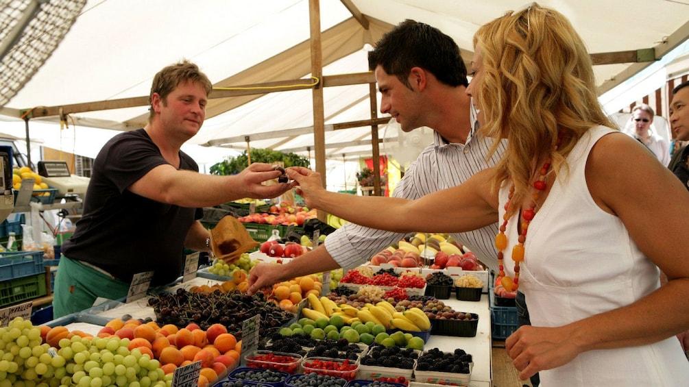 Foto 2 von 5 laden Couple at a farmers market in Salzburg