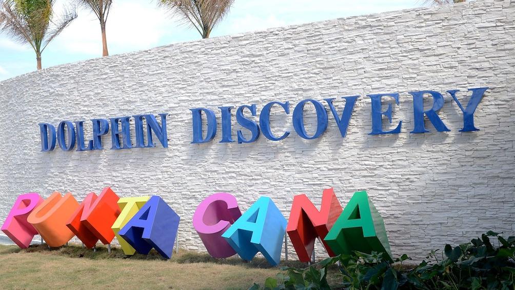 Carregar foto 4 de 10. Dolphin Discovery sign in Punta Cana