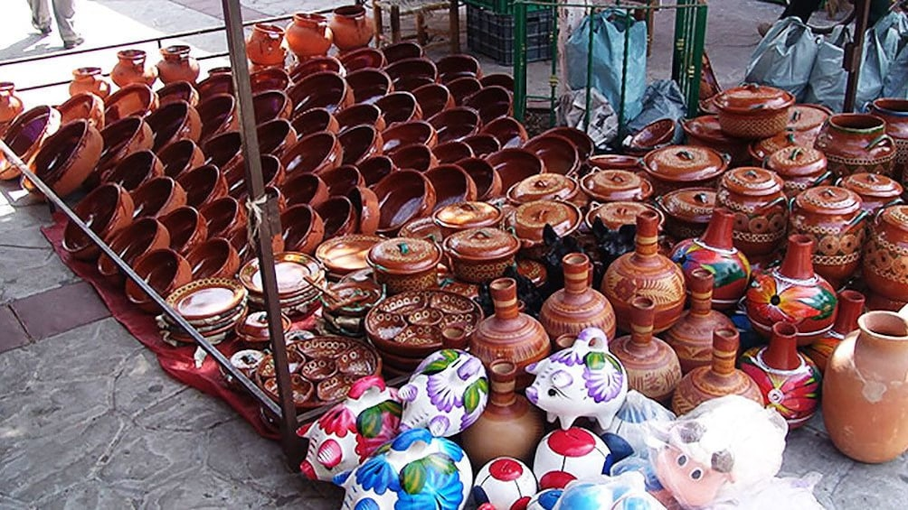 Cargar foto 2 de 9. Large stock of pottery from a street vendor in Guadalajara