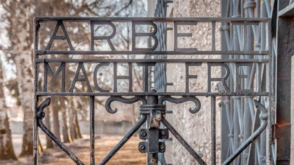 Foto 2 von 5 laden Gate at the Dachau Memorial Site Tour in Munich