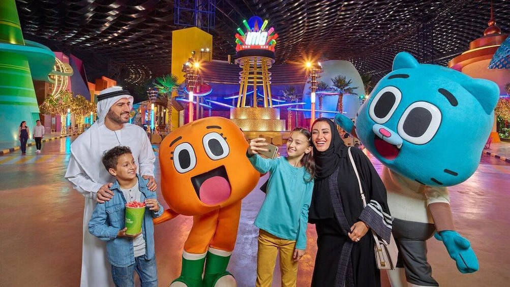 Apri foto 1 di 5. Family with large costume characters in IMG Worlds of Adventure