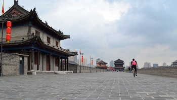 4-Hour Guided Trip of City Wall Biking and Calligraphy Class