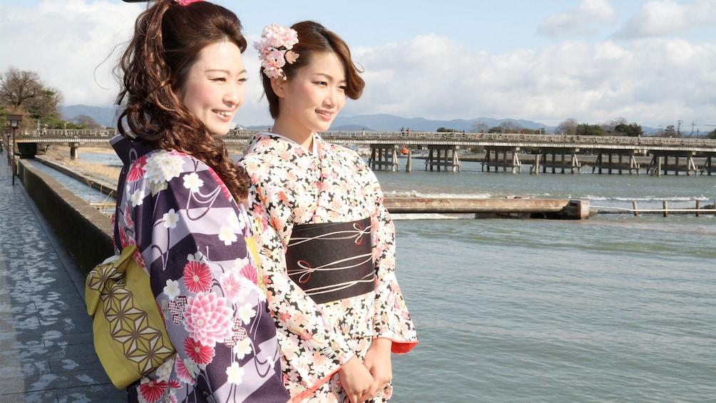 แสดงภาพที่ 4 จาก 5 Ladies enjoying the scenic views on the Kyoto Kimono Wearing Experience