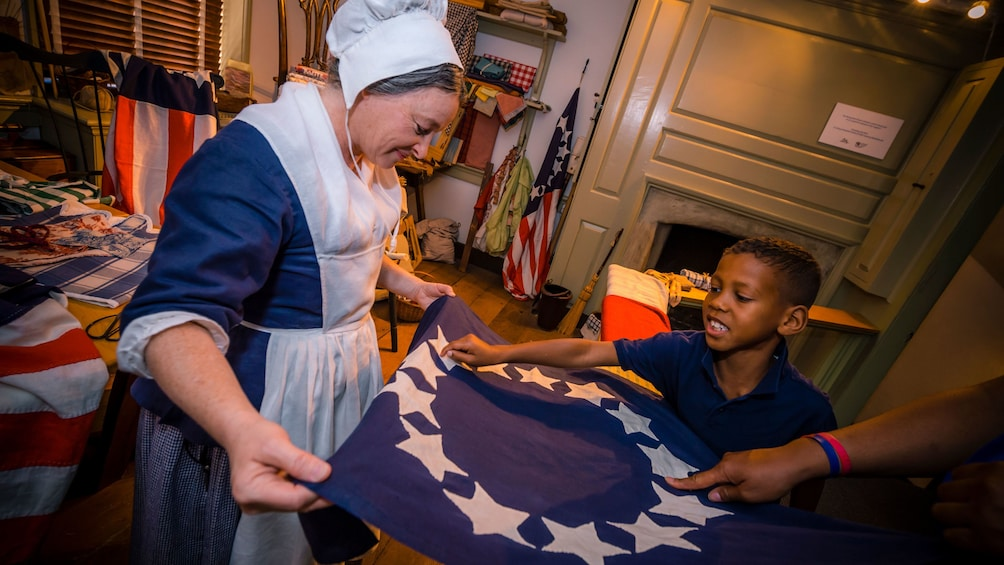 Charger l'élément 4 sur 5. Betsy Ross actress talks to child on tour of home in Philadelphia