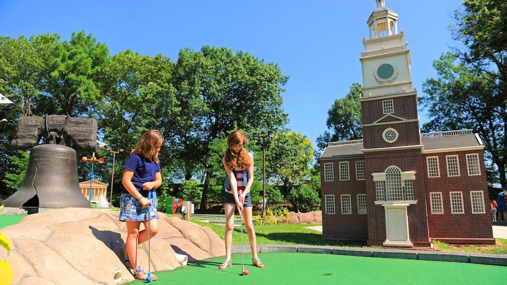 正在顯示第 1 張相片,共 5 張。 Two girls putt putt golfing in Philadelphia, PA