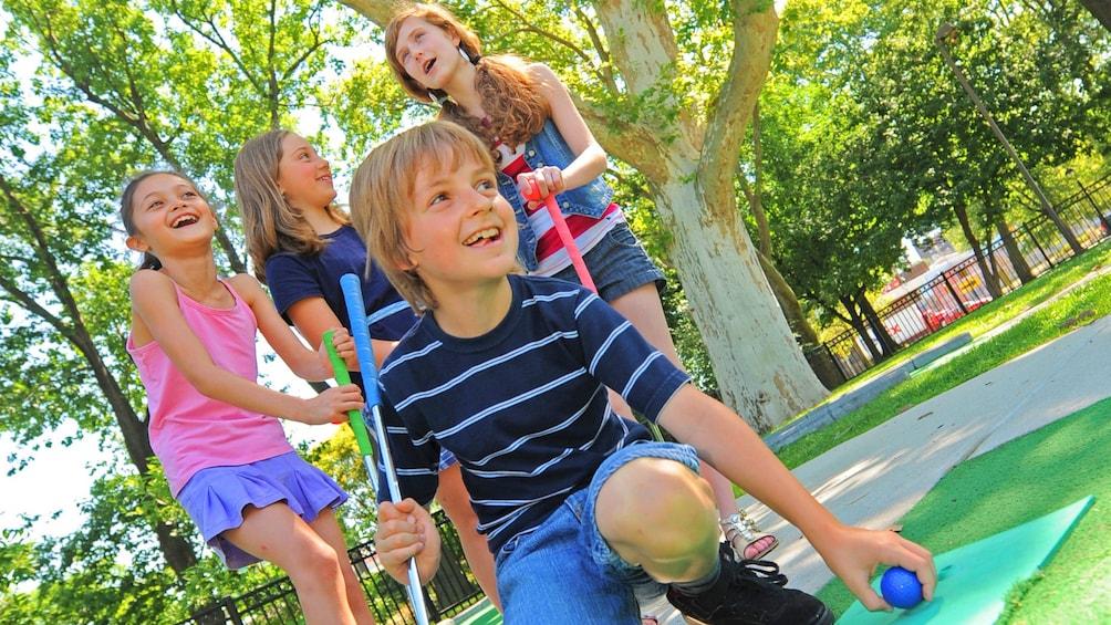正在顯示第 5 張相片,共 5 張。 Group of Children Putt Putt golfing