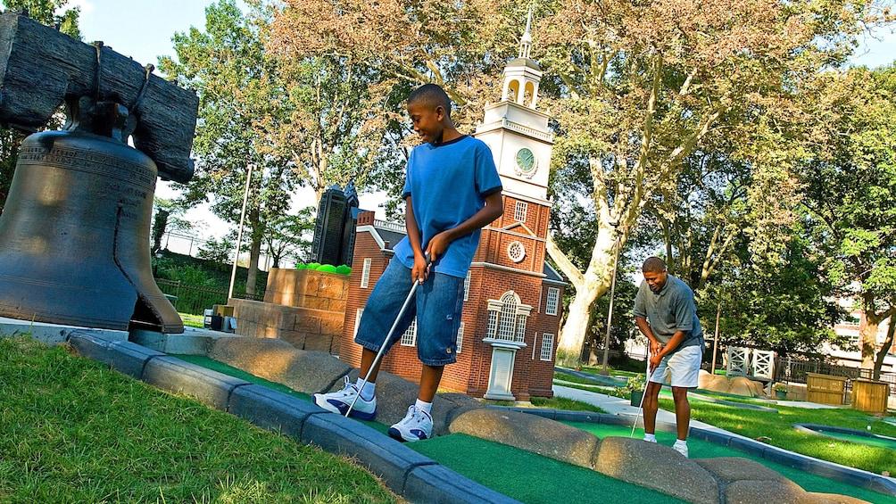 正在顯示第 3 張相片,共 5 張。 Father and son Putt Putt Golfing