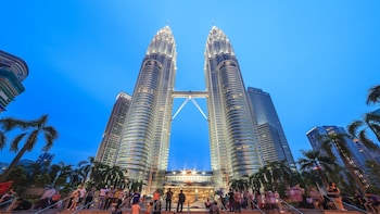 Night-time City Tour with Petronas Twin Towers, Chinatown & Dinner