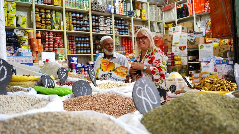Ver elemento 2 de 5. Instructor buying ingredients in shop in Marrakech