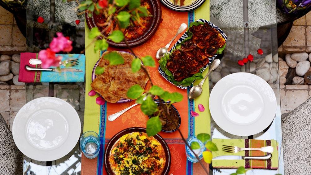Ver elemento 4 de 5. Overhead view of food on table in patio in Marrakech