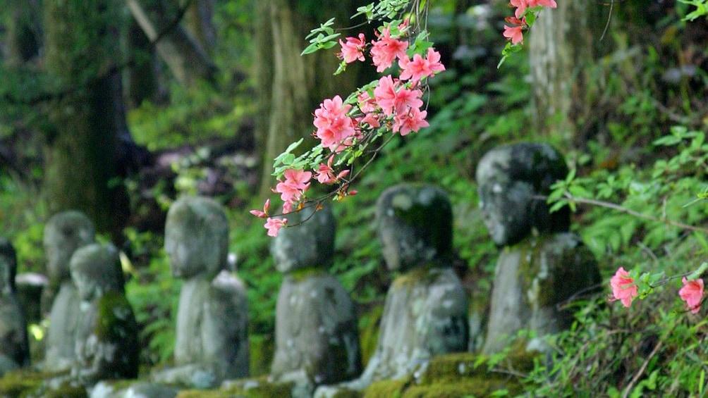 Foto 2 von 6 laden Stone statues and a cherry blossom branch