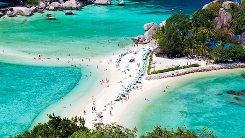 White sand beach and clear blue water in Koh Nangyuan