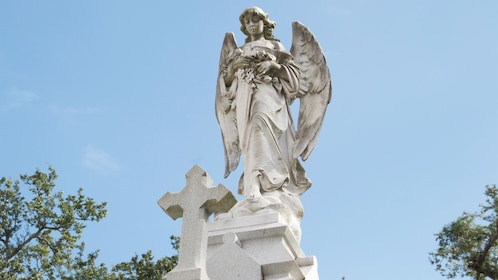 Statue of an angel and a cross in New Orleans City