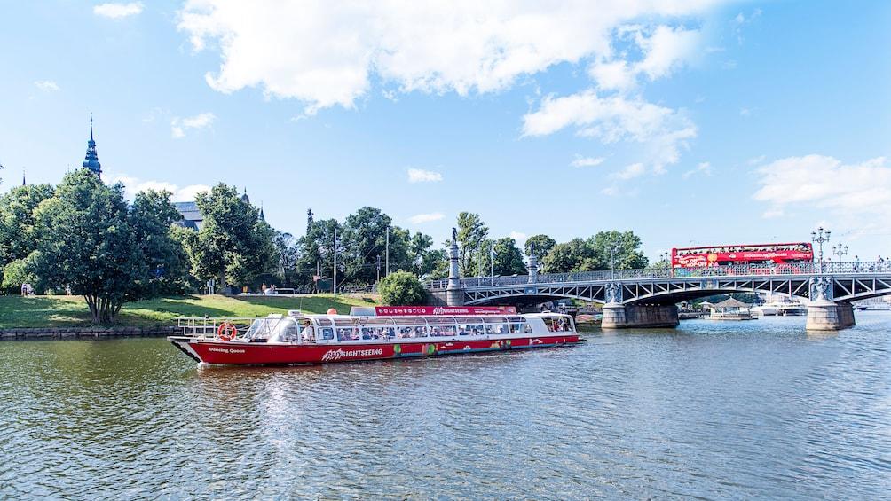 Foto 1 van 7. Hop-On Hop-Off Boat traveling down canal in Stockholm