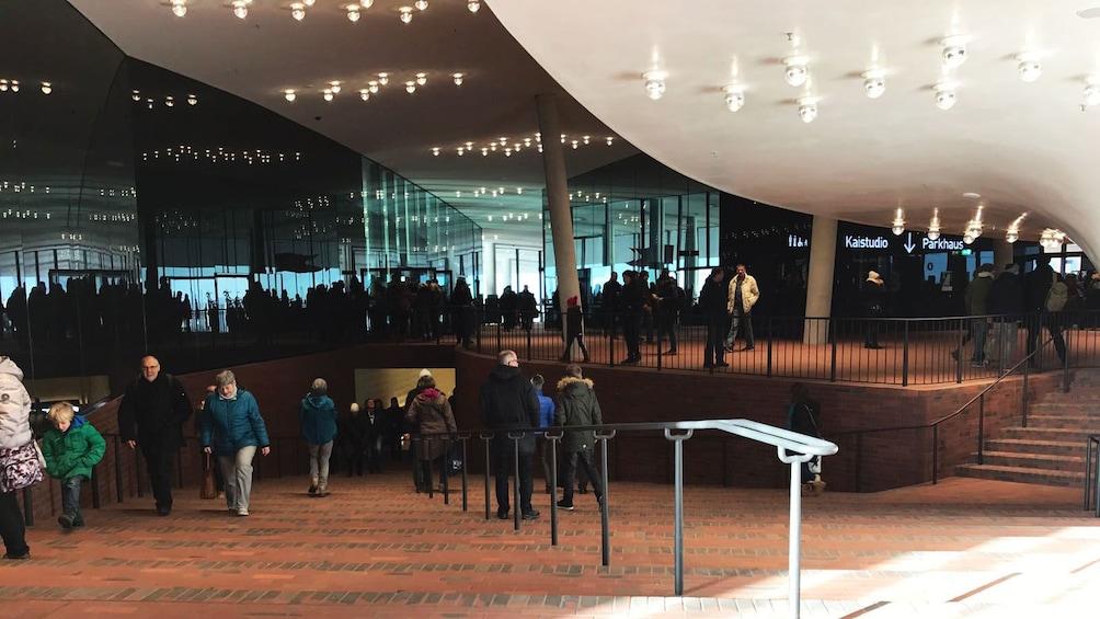 Foto 5 von 7 laden People walking up and down the stairs in Elbphilharmonie concert hall in Hamburg
