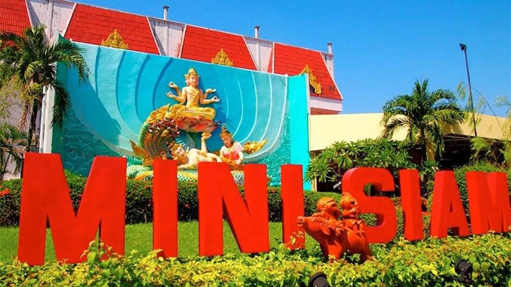 正在顯示第 2 張相片,共 5 張。 Sign for the Mini Siam  miniature park attraction in Pattaya