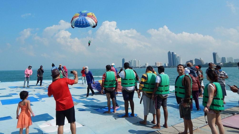 แสดงภาพที่ 5 จาก 5 People wait in line for parachuting around Coral Island