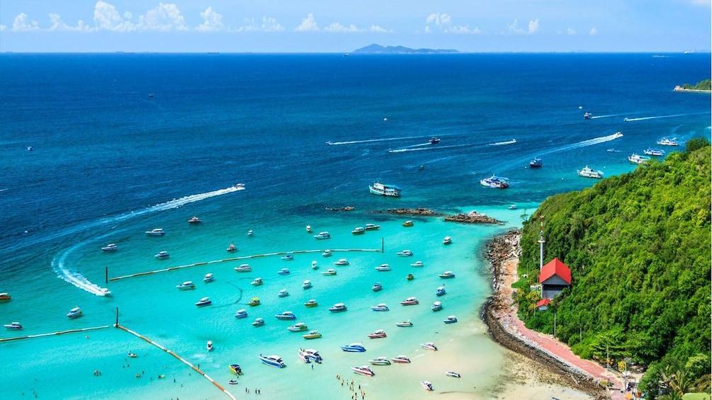 แสดงภาพที่ 1 จาก 5 Ariel view of boats anchored off beach of Coral Island