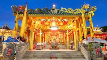 Full-Day Tour to Nakkerd Hill, Wat Chalong & Phuket Island Highlights