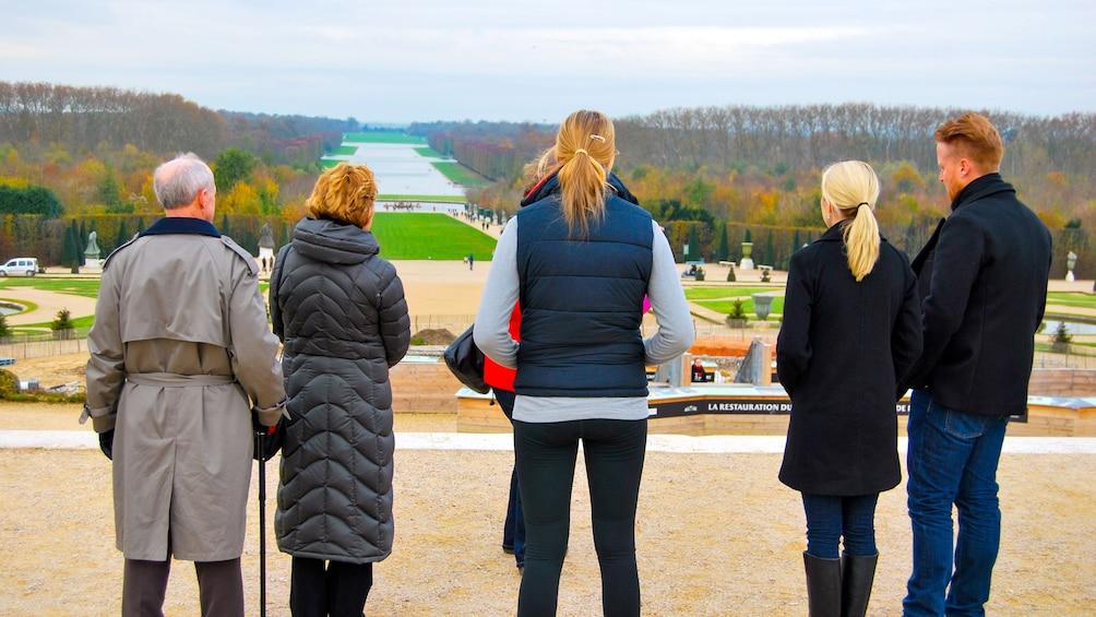 Charger l'élément 2 sur 9. Tour group at the Palace of Versailles