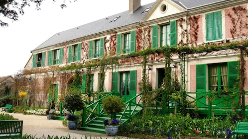 Exterior of Giverny in Paris