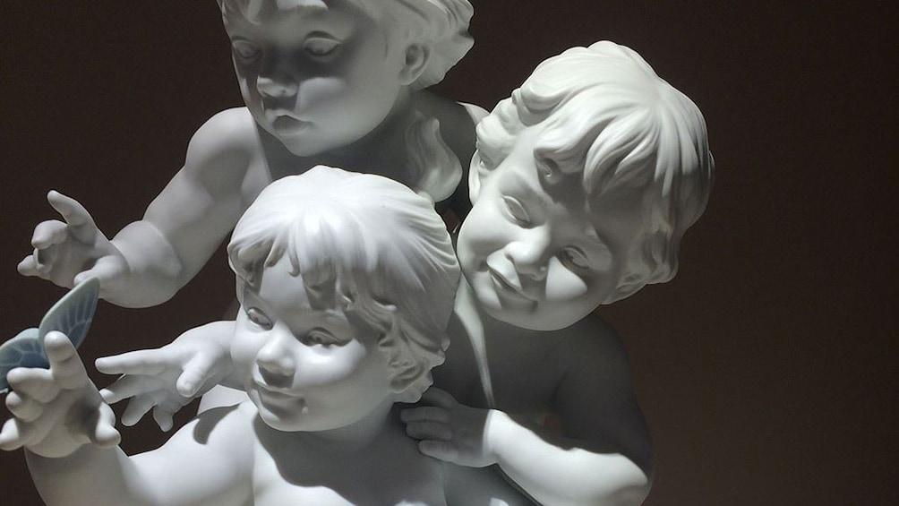 Foto 5 von 7 laden Cherub figurines at at Lladro Factory in Valencia