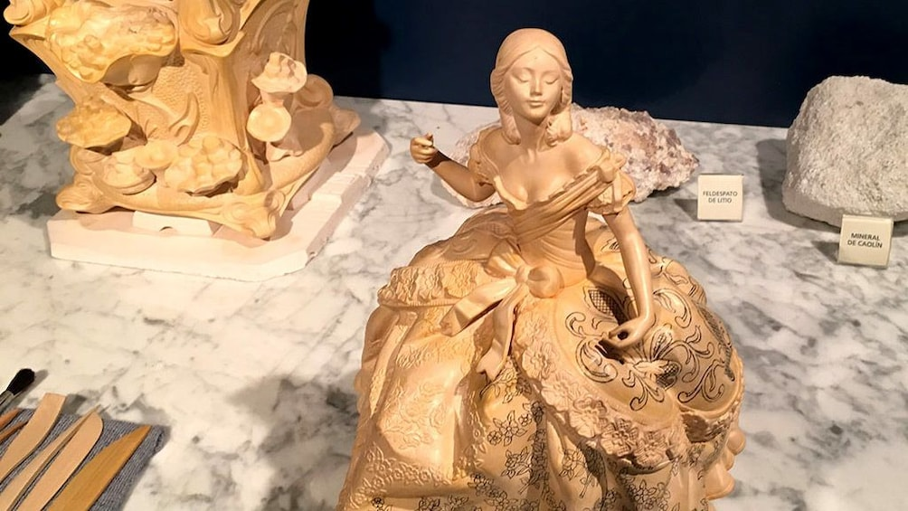 Foto 3 von 7 laden Intricately designed figurine of a woman in a formal dress at Lladro Factory in Valencia