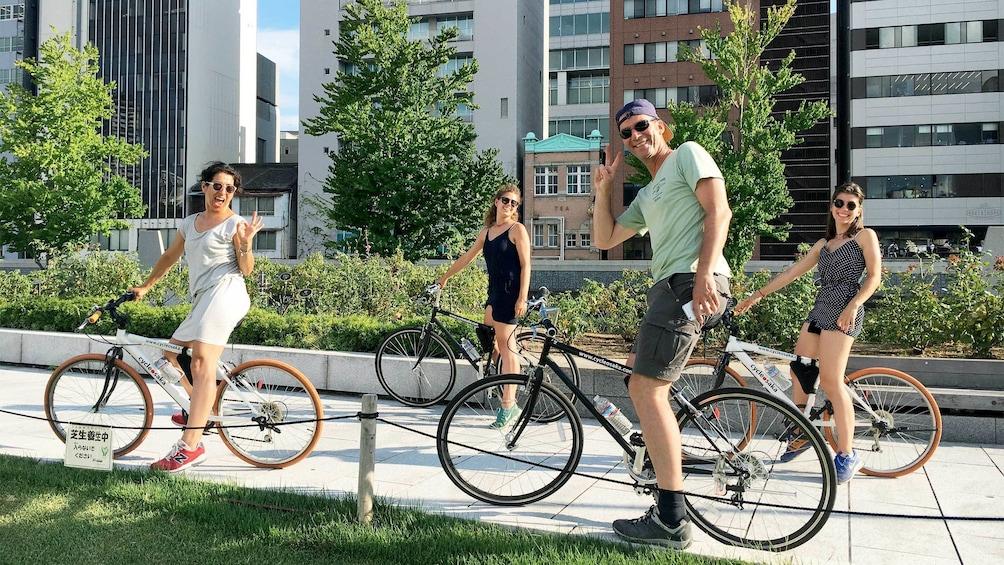 正在顯示第 1 張相片,共 5 張。 Group on the Half-Day Cycling Tour of Osaka