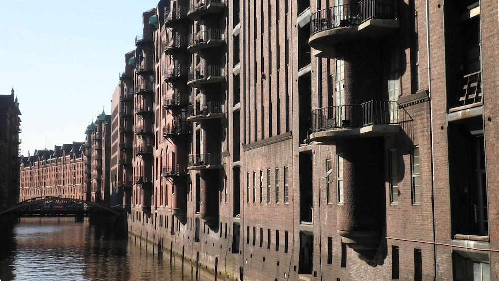 Foto 2 von 5 laden Buildings and canal in Hamburg