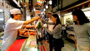 Small-Group Tour of Nishiki Market with Sake Tasting & Cooking Course