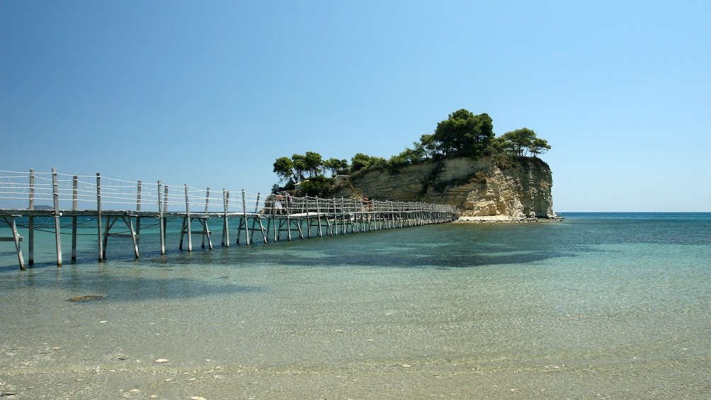 Foto 3 von 5 laden Long walking pier to a small island in Ionian Islands