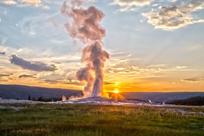 Yellowstone Old Faithful, Waterfalls & Wildlife Tour