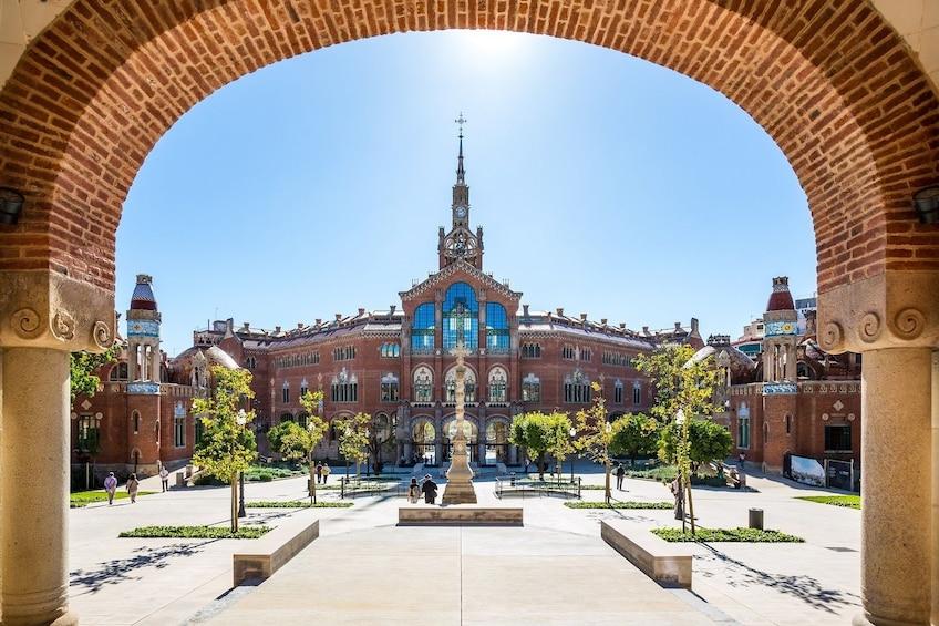 Charger l'élément 1 sur 10. Fast-Track Sagrada Família & Sant Pau Art Nouveau Site Tour