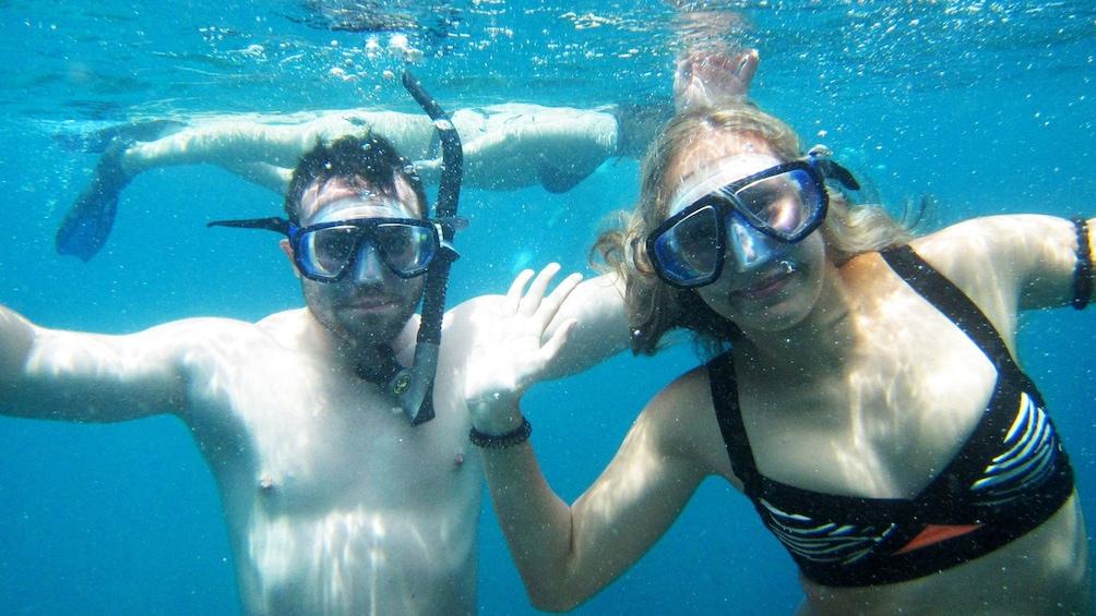 Foto 1 von 5 laden Snorkelers posing for photo in Koh Tao