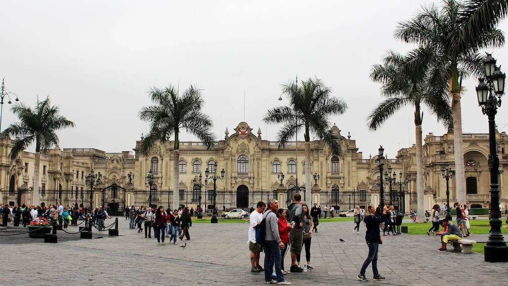 Foto 1 von 5 laden People stand outside of the Convent of Santo Domingo in Lima