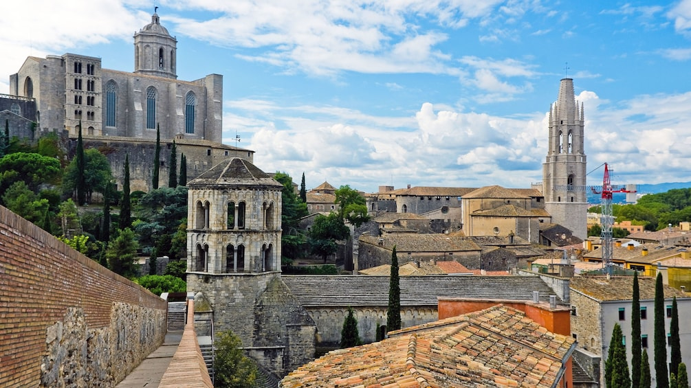 Öppna foto 3 av 5. View of the city of Girona and cathedral